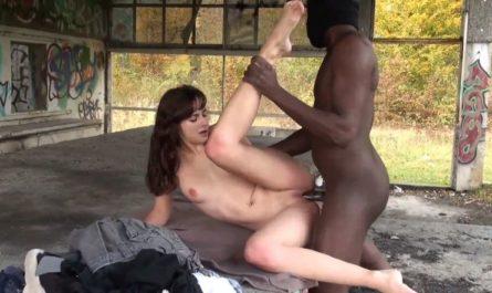 Une belle française BAISE EN EXTERIEUR avec un grand noir qui lui défonce sa jolie jeune chatte de salope de 18 ans