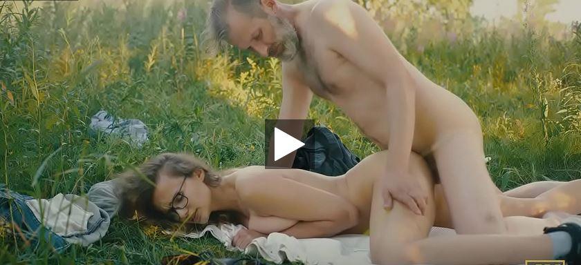 Cette fille aux gros seins naturels baise avec son grand-père pervers dans la nature