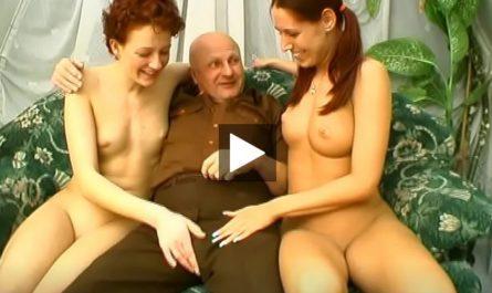 Grand-père n'en croit pas ses yeux, 2 femmes chaudes veulent un trio avec lui