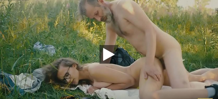 Cette fille aux gros seins naturels et le grand-père pervers baise dans la nature