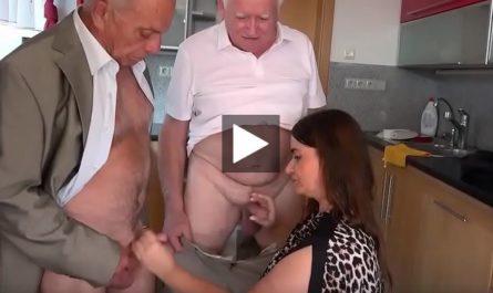 La fille suce la queue de leur père vieux a tour de rôle