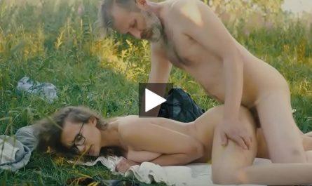 Papy voyeur père pervers baise sa fille nue